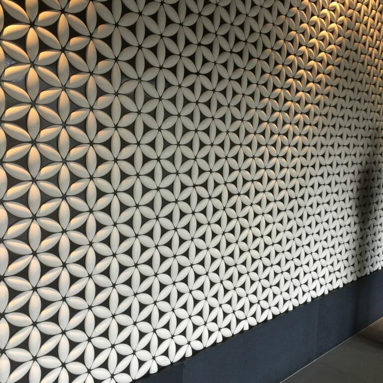玄関をはいるとる和風模様の壁